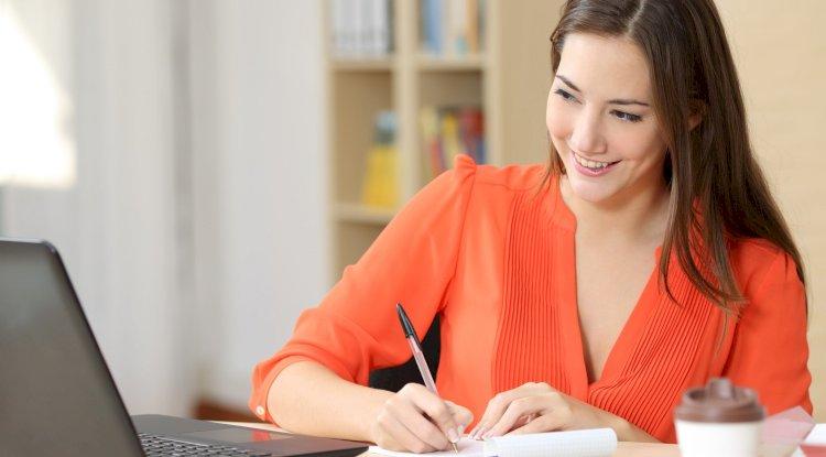 En prenant des cours en ligne